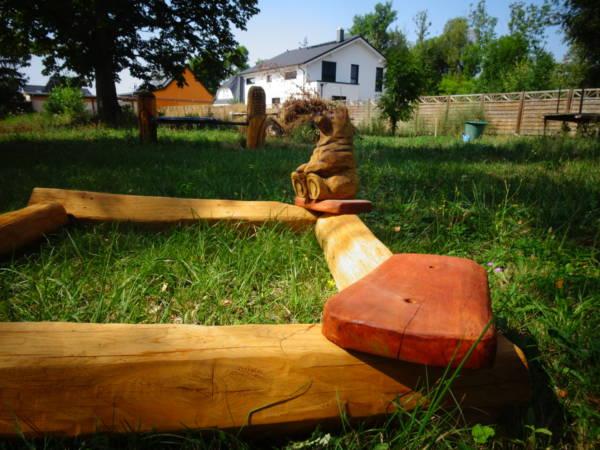 Holzsandkasten mit Figur