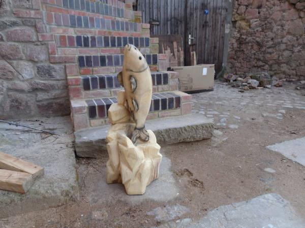 Koikarpfenfigur aus Eichenholz