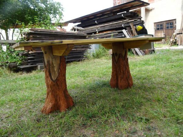 Holztisch für draußen